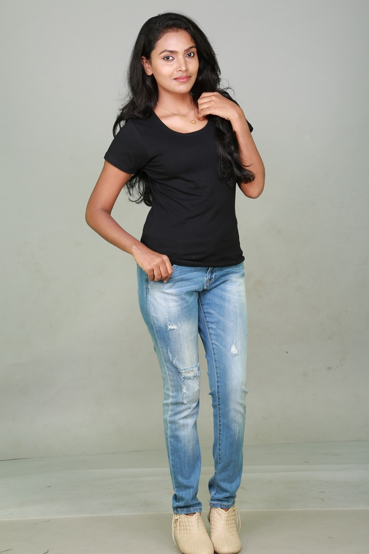 sowmya-actress-stills-001