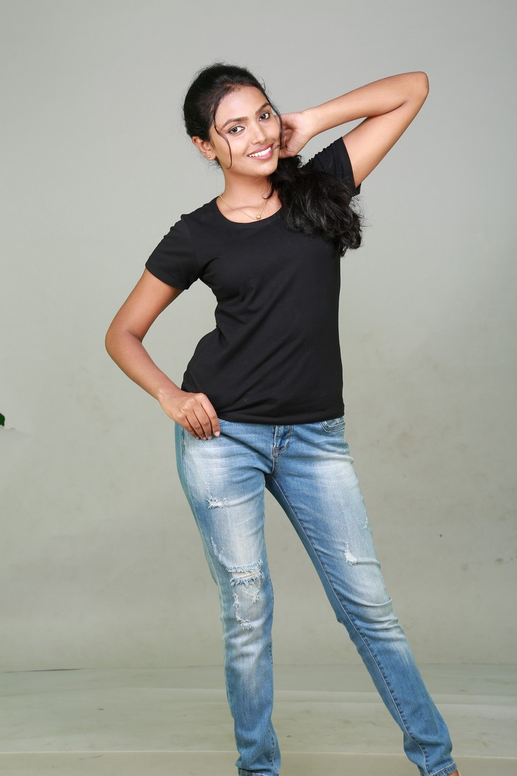 sowmya-actress-stills-004