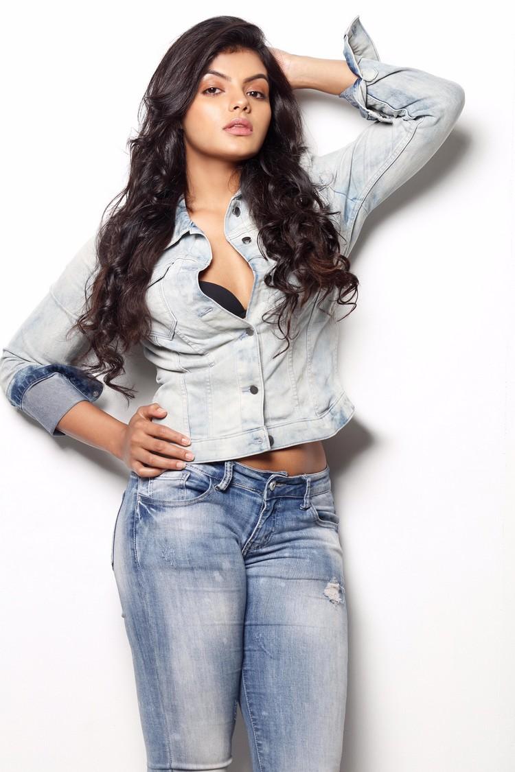 actress-tejashree-stills-004