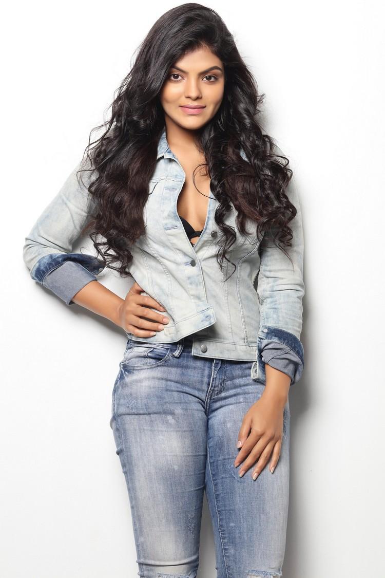 actress-tejashree-stills-002