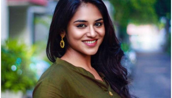 சூப்பர்ஸ்டார் படத்தை விசிலடித்து பார்த்து ரசித்த பிரபல நடிகை!